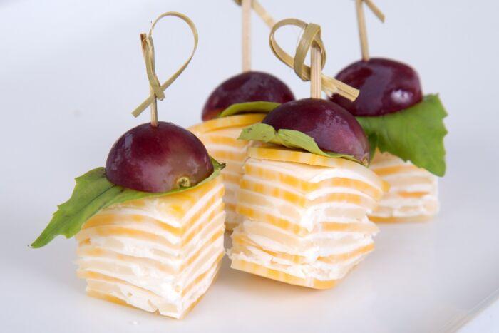 Как сделать канапе на шпажках на праздничный стол с виноградом и сыром