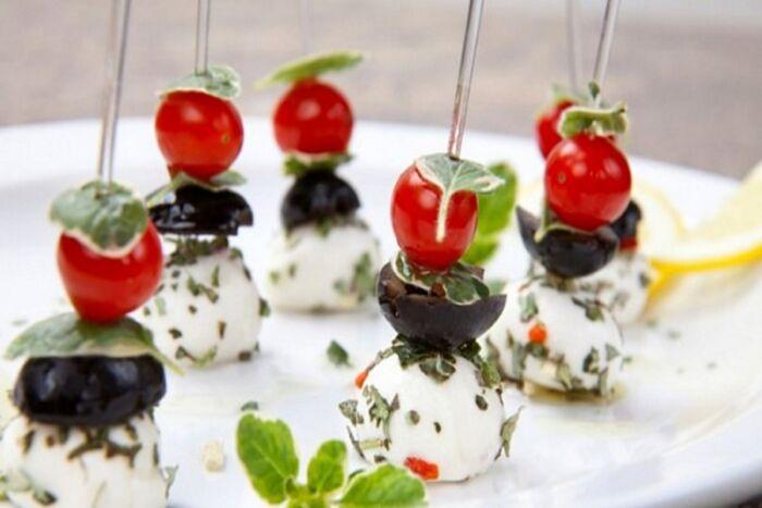 Рецепт канапе с моцареллой и помидорами черри