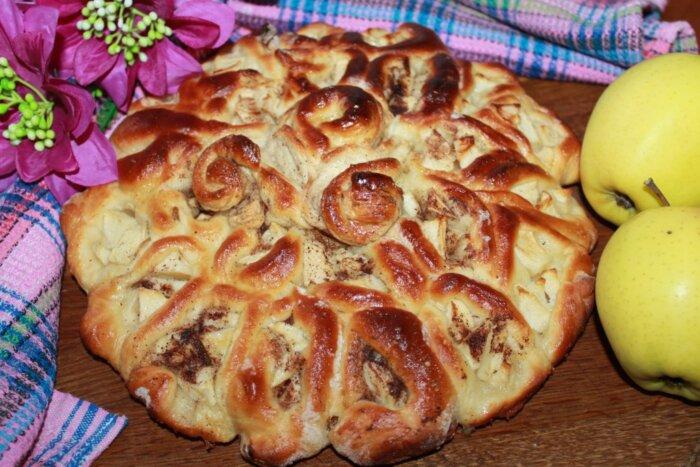 Приготовление пышного дрожжевого пирога с яблоками
