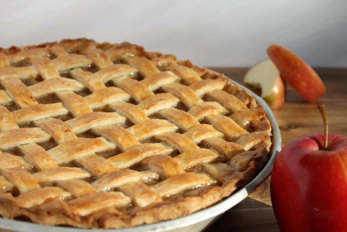 Простой дрожжевой пирог с яблоками и крошкой