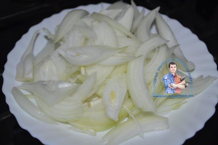 Карп жареный на сковороде кусками в муке с луком
