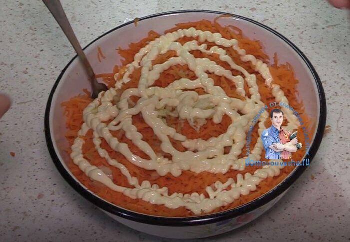 Простой салат из моркови с майонезом и чесноком