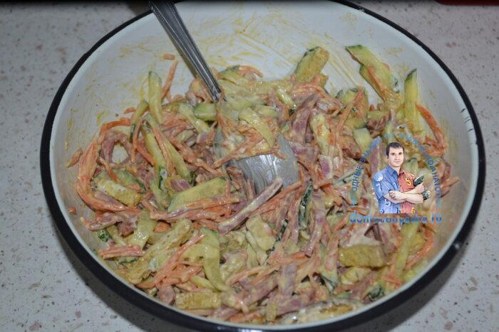 Салат с сухариками колбасой и корейской морковью